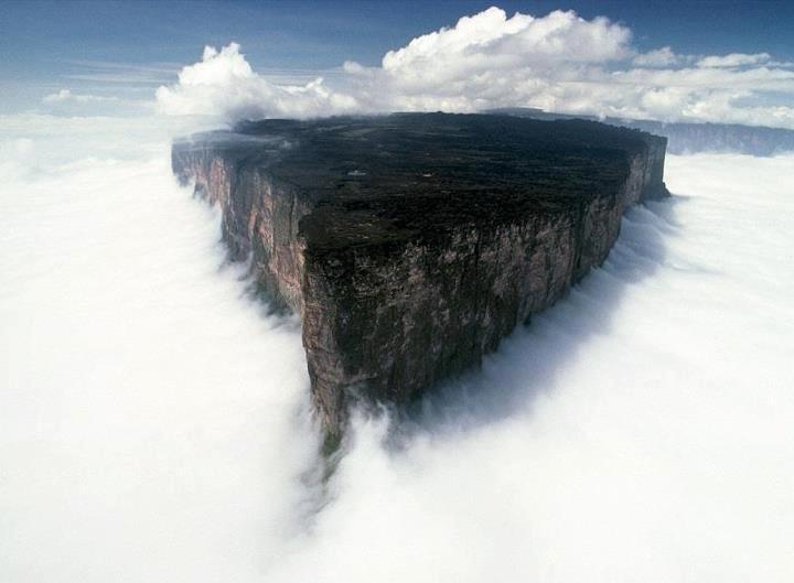 Гора Рорайма в Венесуэле. Высота - 2810 метров