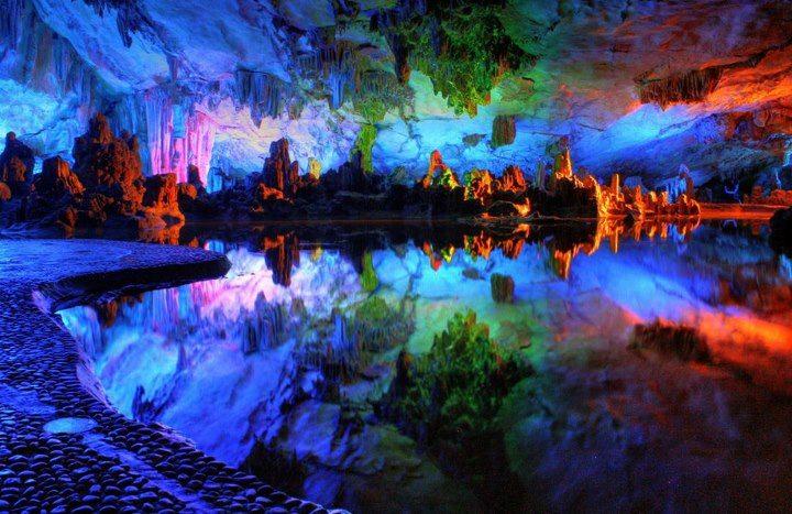 Пещера Тростниковой флейты, уходящая вглубь на 240 метров. Китай, город Гуйлин