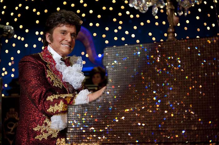 Весь мир с упоением ждет премьеры фильма За канделябрами, где Майкл Дуглас исполнил роль гея. Говорят, лучшая роль актера