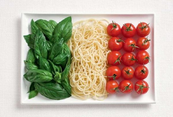 Паста с томатами и базиликом - традиционная итальянская еда