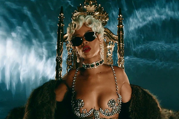 Рианна в клипе Pour It Up
