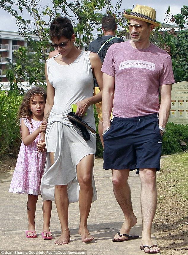Холли Берри с дочерью и мужем