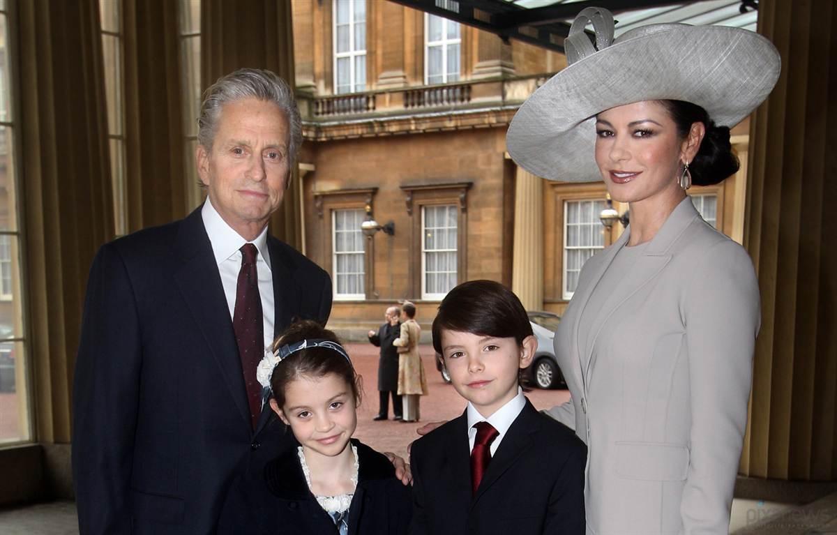 Майкл Дуглас и Кэтрин Зета-Джонс с детьми
