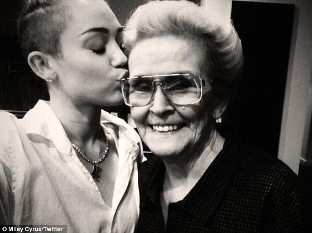 Майли Сайрус с бабушкой