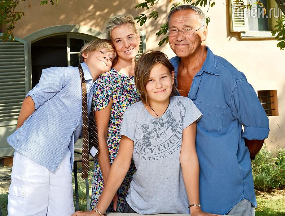 Юлия Высоцкая с мужем и детьми