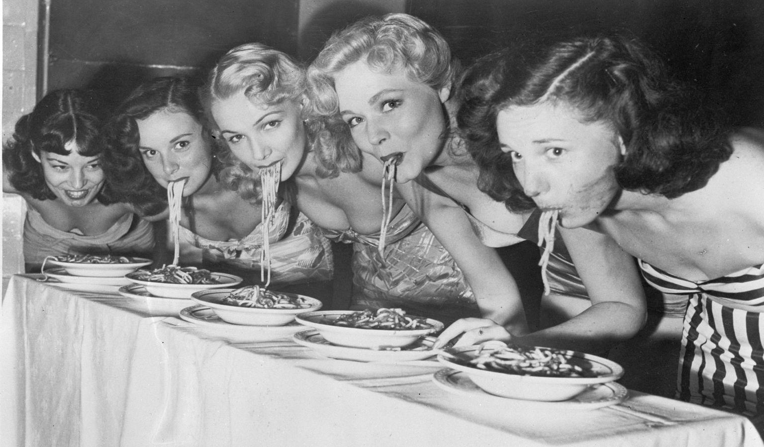 Конкурс по поеданию спагетти