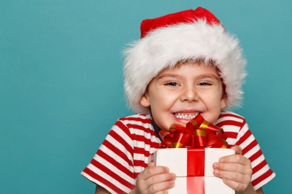 Раздача подарков на новогодних праздниках