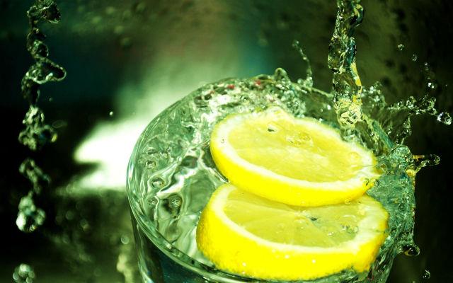 Чем полезна вода с лимоном натощак