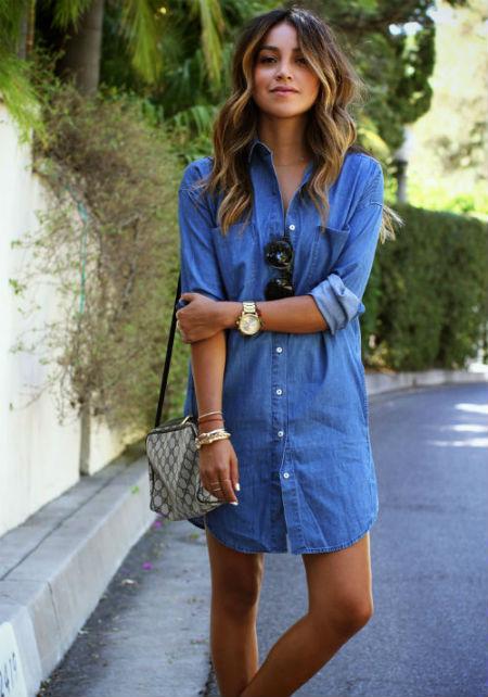 Джинсовое платье с кроссовками фото